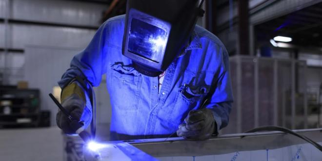 Schweisser 660x330 - Hubtisch - praktischer Helfer in Industrie und Handwerk